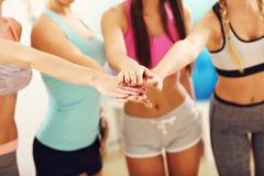 Молодые женщины собирают gicing максимум 5 на спортзал после разминки Стоковая Фотография RF