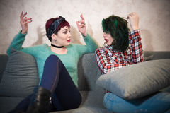 Молодые женщины соединяют разговаривать с сопереживанием Стоковые Изображения
