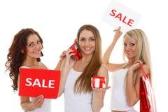 Молодые женщины с знаком продажи. Стоковое Фото