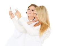 Молодые женщины с мобильным телефоном. Стоковое Фото
