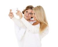 Молодые женщины с мобильным телефоном Стоковое Изображение
