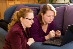 Молодые женщины с проблемами интернета Стоковые Фотографии RF