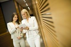 Молодые женщины с таблеткой в офисе Стоковое Изображение RF