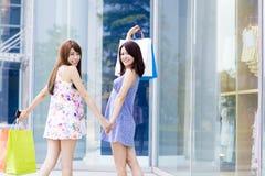 Молодые женщины с хозяйственными сумками на улице Стоковое Изображение RF