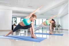 Молодые женщины тренируя asana йоги Стоковые Фото
