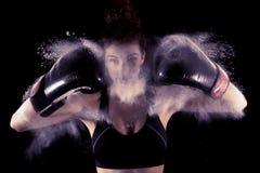 Молодые забастовки девушки боксера поднимают его перчатки Стоковое Фото