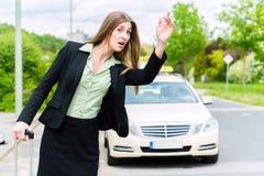 Молодые звонки коммерсантки для такси Стоковые Фотографии RF