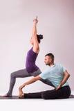 Молодые здоровые пары в положении йоги Стоковая Фотография