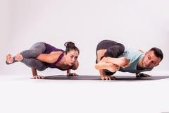 Молодые здоровые пары в положении йоги Стоковая Фотография RF
