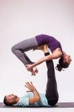 Молодые здоровые пары в положении йоги Стоковое Изображение