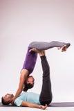 Молодые здоровые пары в положении йоги Стоковые Фотографии RF