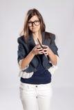 Молодые длинн-с волосами женщина и таблетка Стоковые Фотографии RF