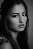 Молодые испанские женщины смотря в камеру Стоковые Фотографии RF