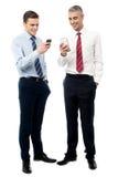 Молодые исполнительные власти используя мобильный телефон стоковые фотографии rf