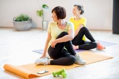 Молодые и более старые женщины делая йогу Стоковые Фото