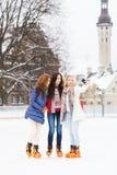 Молодые и милые девушки катаясь на коньках на внешнем катке Стоковые Изображения
