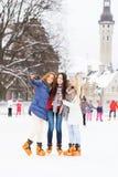 Молодые и милые девушки катаясь на коньках на внешнем катке Стоковое Изображение RF