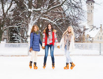 Молодые и милые девушки катаясь на коньках на внешнем катке Стоковая Фотография