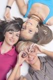 Молодые и счастливые кавказские девушки при расчалки зубов орто имея f Стоковое Изображение