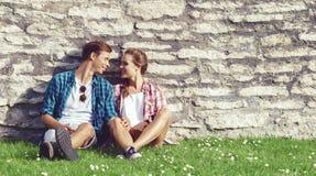 Молодые и счастливые пары охлаждая в парке Влюбленность, отношение, rom Стоковые Фотографии RF