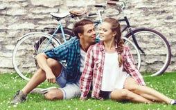 Молодые и счастливые пары охлаждая в парке Влюбленность, отношение, rom Стоковое Фото
