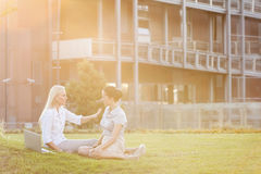 Молодые коммерсантки обсуждая в лужайке офиса Стоковое Фото