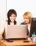 Молодые коммерсантки работая в офисе Стоковое фото RF