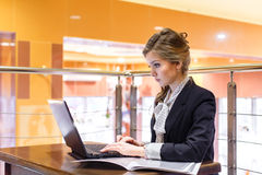 Молодые коммерсантки сидя в кафе и работая на a Стоковое фото RF
