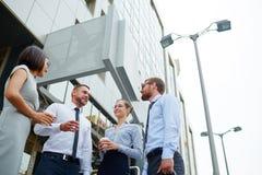 Молодые коллеги вне офисного здания Стоковое Фото