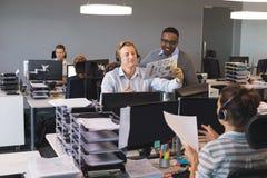 Молодые коллеги дела работая на офисе Стоковое Изображение RF