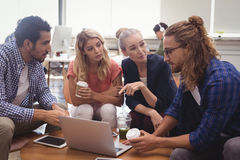Молодые коллеги дела работая совместно на офисе Стоковые Изображения