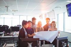 Молодые коллеги обсуждая бизнес-планы Стоковая Фотография