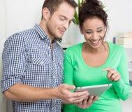 Молодые коллеги flirting в офисе Стоковое Фото