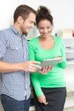 Молодые коллеги flirting в офисе Стоковая Фотография RF