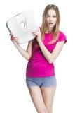 Молодые красивые белокурые масштабы удерживания девушки стоковые фотографии rf
