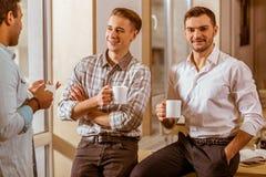 Молодые красивые бизнесмены coworking и отдыхая Стоковые Фотографии RF