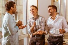 Молодые красивые бизнесмены coworking и отдыхая Стоковое Фото