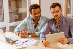 Молодые красивые бизнесмены coworking Стоковое Фото