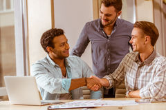 Молодые красивые бизнесмены coworking Стоковые Фотографии RF