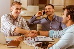 Молодые красивые бизнесмены coworking Стоковые Изображения RF