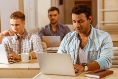 Молодые красивые бизнесмены coworking Стоковые Изображения