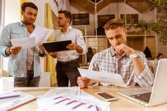 Молодые красивые бизнесмены coworking Стоковая Фотография