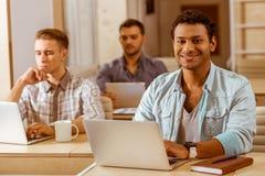 Молодые красивые бизнесмены coworking Стоковая Фотография RF