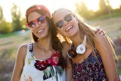 Молодые красивые девушки имея потеху в парке Стоковые Изображения
