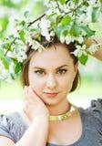 Молодые красивые деревья цветения женщины весной Стоковые Изображения RF