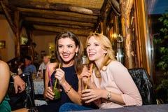 Молодые красивые женщины с коктеилями в баре или клубе Стоковое Фото