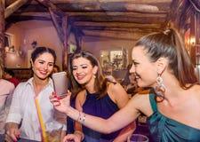 Молодые красивые женщины с коктеилями в баре или клубе Стоковое Изображение RF