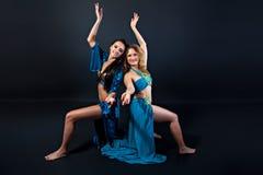 Молодые красивые исполнительницы танца живота в голубых костюмах Стоковая Фотография