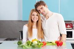 Молодые красивые пары варя дома Стоковая Фотография RF