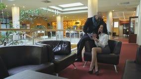 Молодые красивые пары встреченные на авиапорте видеоматериал